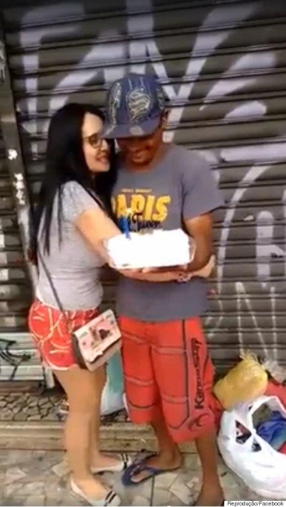 Morador de rua se emociona ao ganhar o primeiro bolo de