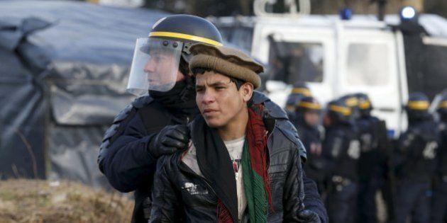 FOTOS: Refugiados e policiais entram em conflito na