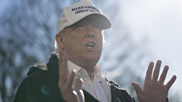 U.S. President Donald Trump speaks to members of the media on the South Lawn of the White House before boarding Marine One in Washington, D.C., U.S., on Thursday, Jan. 10, 2019. Trump?heads to Texas to rally support for building a border wall a day after walking out of talks with congressional leaders on ending a partial government shutdown. The shutdown entered its 20th day on Thursday as its impact is more widely felt. Photographer: Andrew Harrer/Bloomberg via Getty Images
