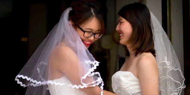 Para pressionar sociedade chinesa, casal gay faz cerimônia emocionante em