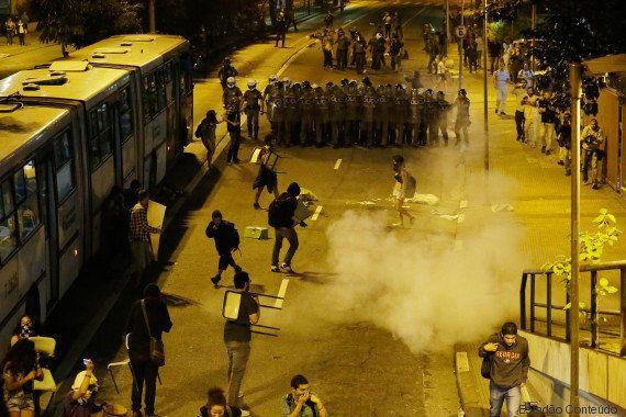 PM usa bomba de efeito moral e spray de pimenta para acabar com bloqueio de avenida feito por