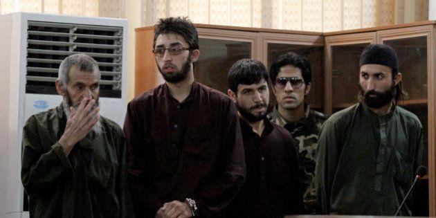 Em audiência a portas fechadas, justiça afegã reduz pena de condenados por matar jovem acusada de queimar