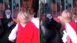 ASSISTA: Garotinha mete soco na cara de 'monstro' que assustou