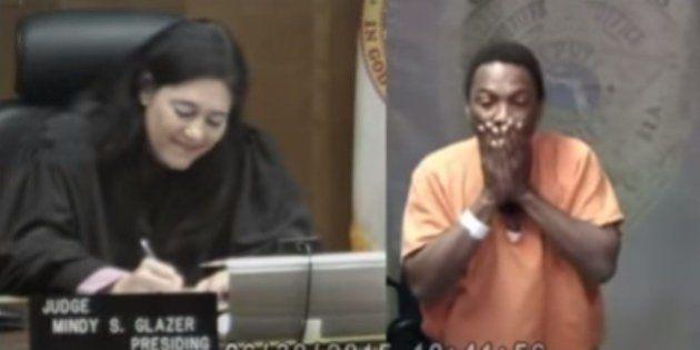 Suspeito de roubo chora ao descobrir que juíza foi sua amiga de infância