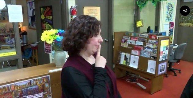 Crianças usam intervalo da aula para aprender sinais e conversar com colega