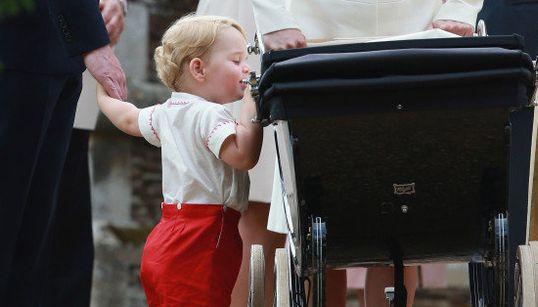 Princesinha Charlotte é batizada na Inglaterra -- e George rouba a cena mais uma