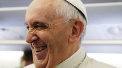 ASSISTA: Papa Francisco quebra protocolo e reza com fiéis na
