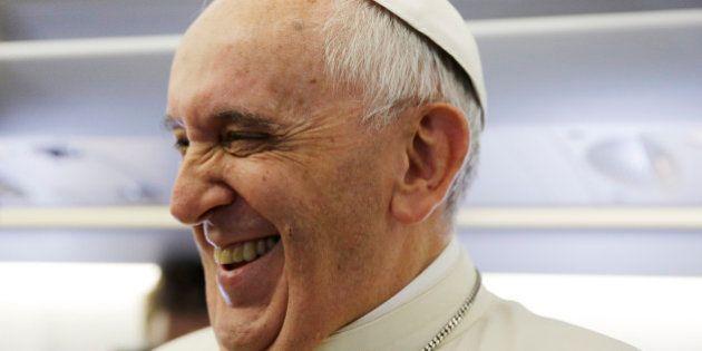 Durante visita ao Equador, papa Francisco quebra protocolo e reza com fiéis na rua