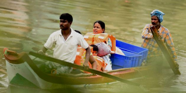 FOTOS: Cheias na Índia matam mais de 200 e afetam 2 milhões de