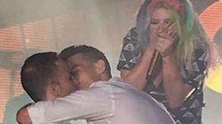 Kesha vira madrinha em show e ajuda fã gay a pedir namorado em casamento