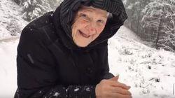 ASSISTA: Vovó de 101 anos se diverte muito brincando na