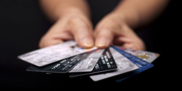 Juro do cartão de crédito sobe para 350,79% em agosto, a maior taxa desde