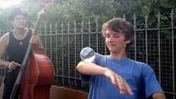 ASSISTA: Os truques desse garoto com uma esfera de vidro vão hipnotizar