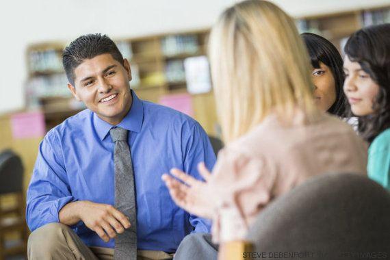 Escola encoraja pais a trocarem conselhos e filhos ganham confiança para falar de saúde