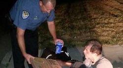 Policial compra pizza e refrigerante e entrega a morador de rua nos