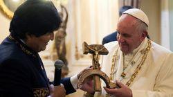 Evo Morales presenteia papa com cruz em forma de foice e