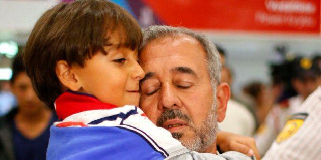 Refugiado sírio derrubado por cinegrafista vai para escola de futebol na