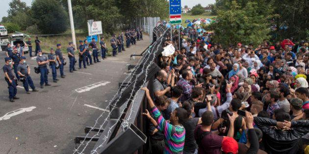 Polícia húngara lança gás lacrimogêneo e jatos de água contra refugiados