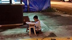 Após ser fotografado estudando em frente a lanchonete, garoto ganha bolsa de