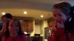 ASSISTA: Irmãs 'ganham' irmãozinho de Natal e reagem da forma mais fofa