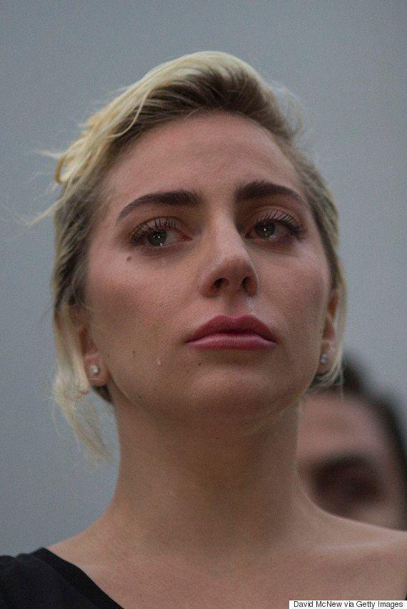 Lady Gaga faz discurso emocionado em vigília para vítimas do massacre em Orlando