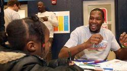 Astro da NBA visita escola que cuida de crianças sem teto e doa R$ 133