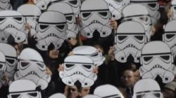 ASSISTA: 'Torcida organizada geek' une futebol e Star Wars durante partida na