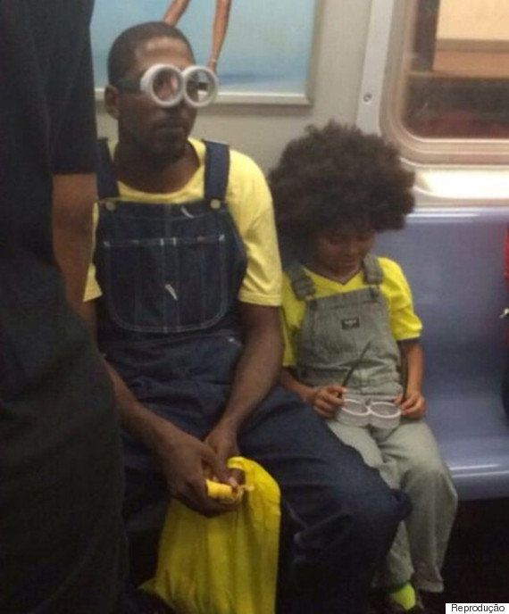 Pai leva filho para assistir ao filme 'Minions' fantasiado de...