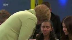 ASSISTA: Refugiada cai no choro enquanto conversa com Angela