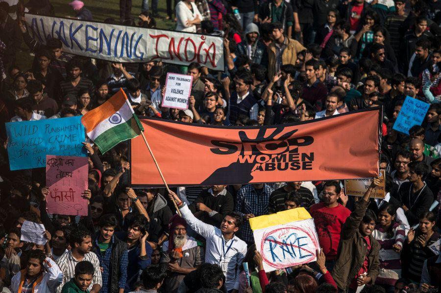 Manifestantes entoam palavras de ordem durante protesto contra o governo indiano em dezembro de