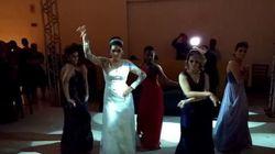 Noiva dispensa valsa e arrasa com amigas na coreografia de 'Bang', da