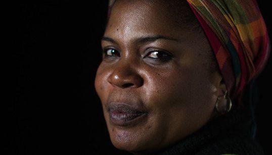 Na Nigéria, ela foi atacada pelo Boko Haram. No Brasil, é discriminada pela