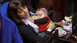 Exemplo de mãe: Deputada argentina amamenta filha em sessão do