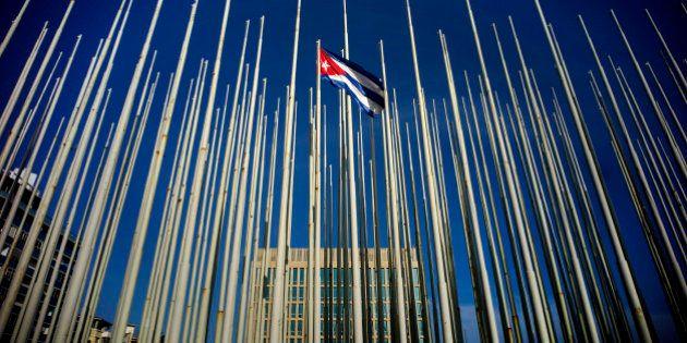 Estados Unidos e Cuba reabrem embaixadas na segunda-feira após décadas de