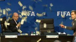ASSISTA: Comediante dá 'banho de dinheiro' em Blatter durante coletiva da