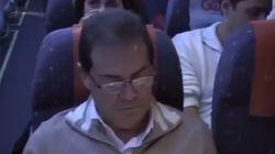 ASSISTA: Em avião, manifestante transforma deputado em Paulinho da 'Farsa