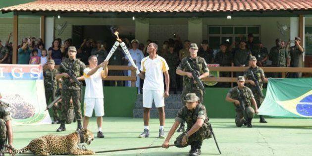 Onça exibida em cerimônia da tocha olímpica é sacrificada com um tiro de pistola em