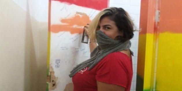 Estudantes cobrem pichações lesbofóbicas na UFRJ com as cores da bandeira