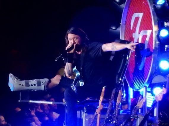 Médico que operou perna fraturada de Dave Grohl canta 'Seven Nation Army' em show do Foo Fighters