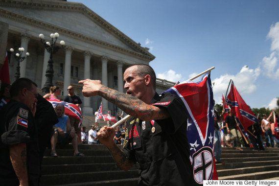 Racista passa mal durante protesto na Carolina do Sul e é ajudado por policial negro