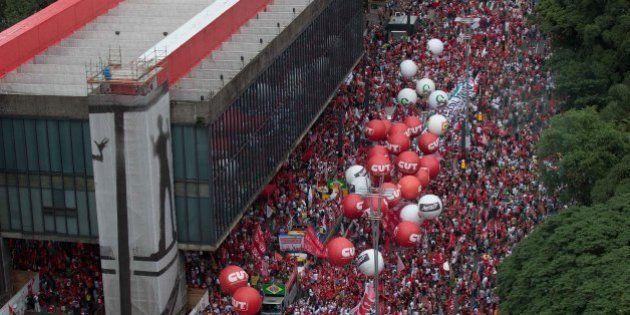 Milhares vão às ruas contra o impeachment de Dilma Rousseff e favor da queda de Eduardo