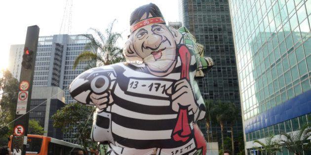 Movimento Brasil Livre leva boneco inflável 'Raddard' para a Avenida