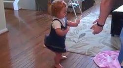 ASSISTA: Emocionada, garotinha consegue andar com próteses de pernas pela 1ª