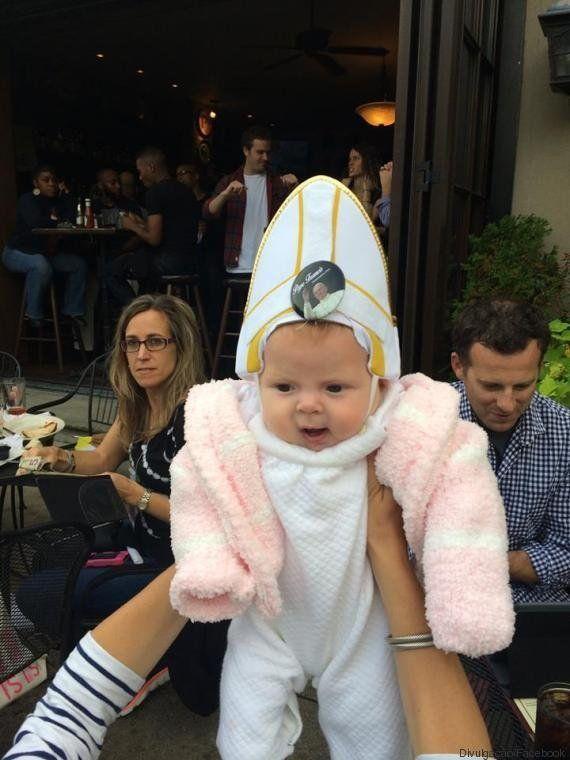 Bebezinha vestida de papa rouba a cena e ganha a bênção mais fofa do