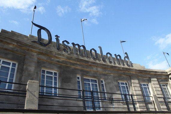 Peças do parque Dismaland, de Banksy, serão desmontadas e doadas para abrigo de refugiados na