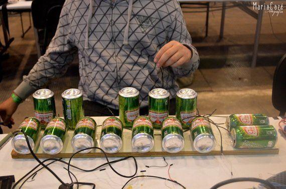 Alunos da Universidade de Pernambuco criam robô com latas de
