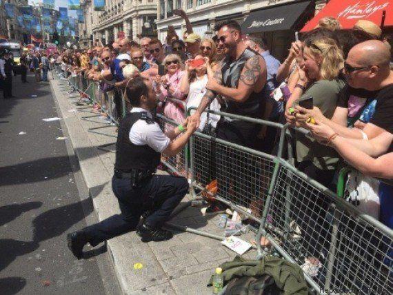 VIVA! Policial pede namorado em casamento durante Parada LGBT de