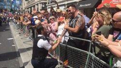 Que lindo! Policial pede namorado em casamento na Parada LGBT de