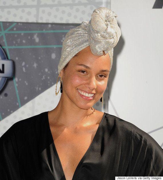 ARRASOU! Alicia Keys faz jus à sua promessa e aparece sem maquiagem no red carpet do BET