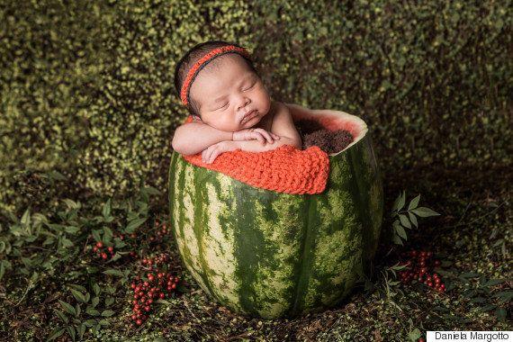 Jiang, do Masterchef, faz ensaio fotográfico com sua bebê em uma melancia e continua encantando a